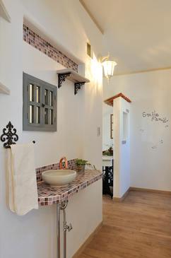 モザイクタイルをちりばめた手洗い