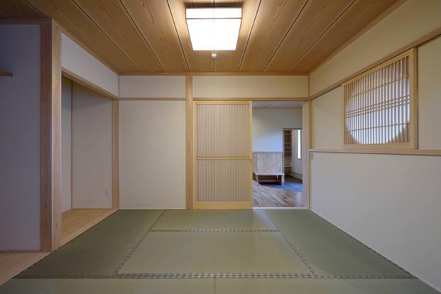 淡い色合いの畳縁が優しい印象の和室。丸窓から漏れる光がより柔らかさを演出。 建具は造作品