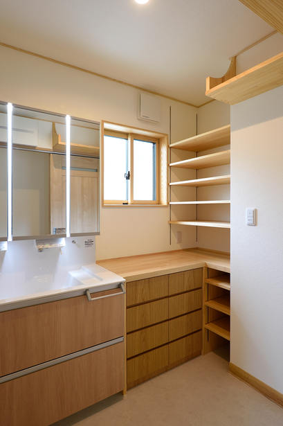 たくさんの収納棚を取り付けた洗面脱衣室。デッドスペースを有効活用!!!!