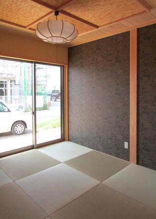 琉球畳や壁材にクロスを用いることで、現代的な和室に