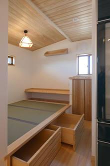 畳スペースの小上がりを有効活用した収納とスタディコーナとしても使える堀座卓