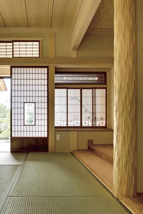 絞りの磨き丸太が印象的な和室。 建具はお客様からのお持ち込み品。