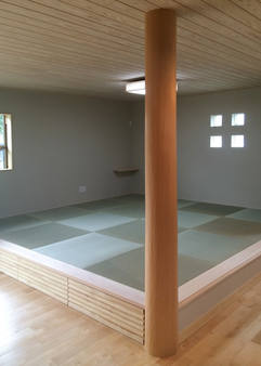 存在感のある丸い大黒柱が印象的。小上がり和室の下は収納にもなります。