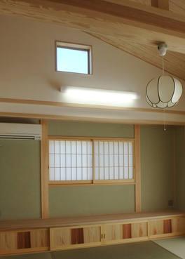 杉無垢板の造作地袋と、太鼓落しの梁が印象的な和室