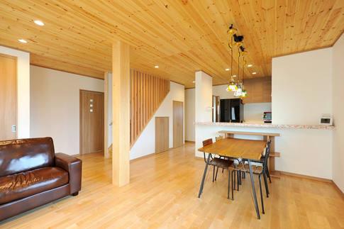 木天井と木床で、木の香りあふれるリビング。