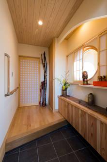 低めの収納と丸窓で、空間を生かした和風玄関
