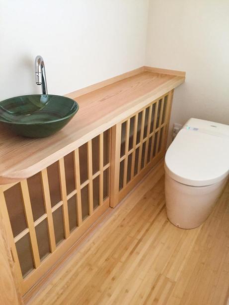 ガラス入りの建具を採用した手洗カウンター