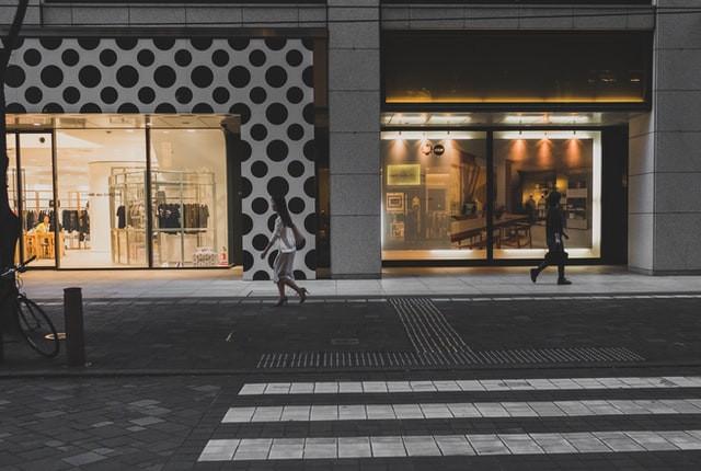 Shopping by Simon Launay (Unsplash)