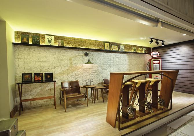 Club House: Lounge Garage