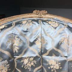 Bergère d'époque Louis XV (détail)  avec  essai de tissu des collections Lelièvre