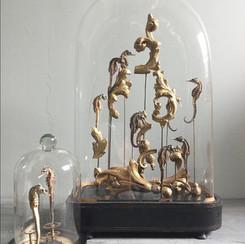 Globe d'époque Napoléon III , mélange d'hippocampes  et de fragment de bois issu d'un miroir du XVIIème siècle  -Petit modèle : hippocampes et engrenages  Modèles disponibles, prix sur demande