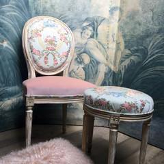 Ensemble chaise médaillon et pouf de style Louis XVI , façon boudoir de Marie-Antoinette, paravent XVIIIème