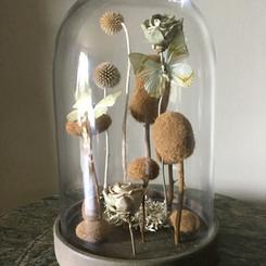 Globe d'esprit Maritime avec concrétions d'algues séchées, papillons et roses en céramique Modèle vendu