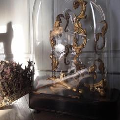 Globe d'époque Napoléon III , mélange d'hippocampes  et de fragment de bois issu d'un miroir du XVIIème siècle  Modèle disponible, prix sur demande.