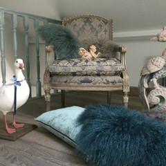 Fauteuil à la reine de style Louis XVI , lampas gris. Coussins Maison de Famille en velours et chèvre de Mongolie