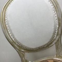 étape de la mise en blanc sur  le dossier d'une chaise médaillon de style Louis XVI