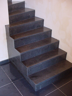 Escalier en pierre bleue polie