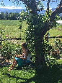 Manuela unter Baum.jpeg