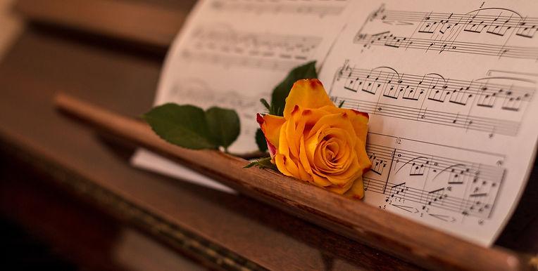 Rose_paa_piano_med_noter_edited.jpg