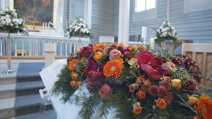 Blomster på kisten i kirke