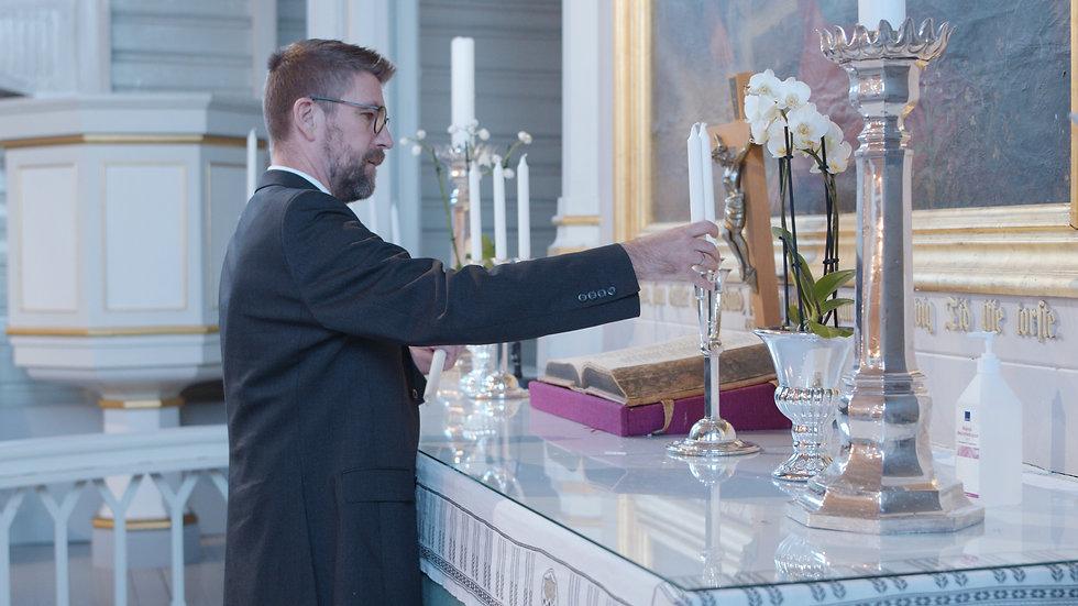 Tor Arne Aarnes tenner lys på alteret.jp