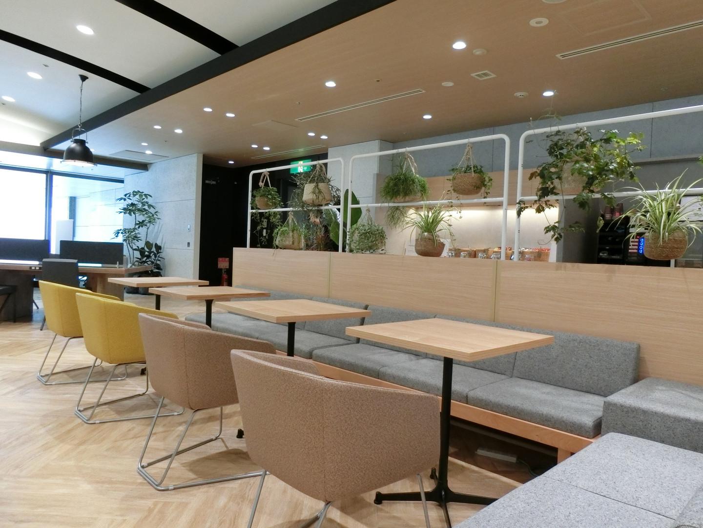 Chair:INK <SOGOKAGU> Sofa:Rectle <KINOSHITA> Partition:Ladder Screen (DAYS OFFICE) <KOKUYO>