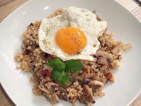 Le boulgour aux champignons, amandes et œuf(s) sur le plat