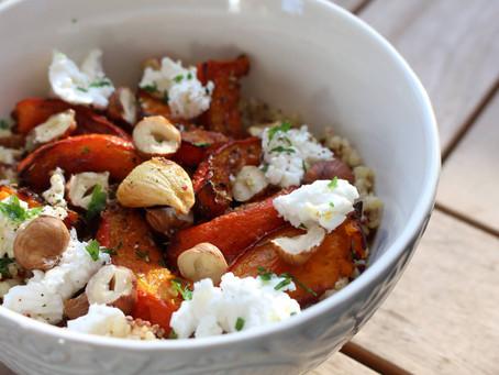 Potimarron rôti accompagné d'un mélange de quinoa, de chèvre frais, noisettes et ail en chemise
