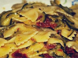 Pasta con zucchinis disecados