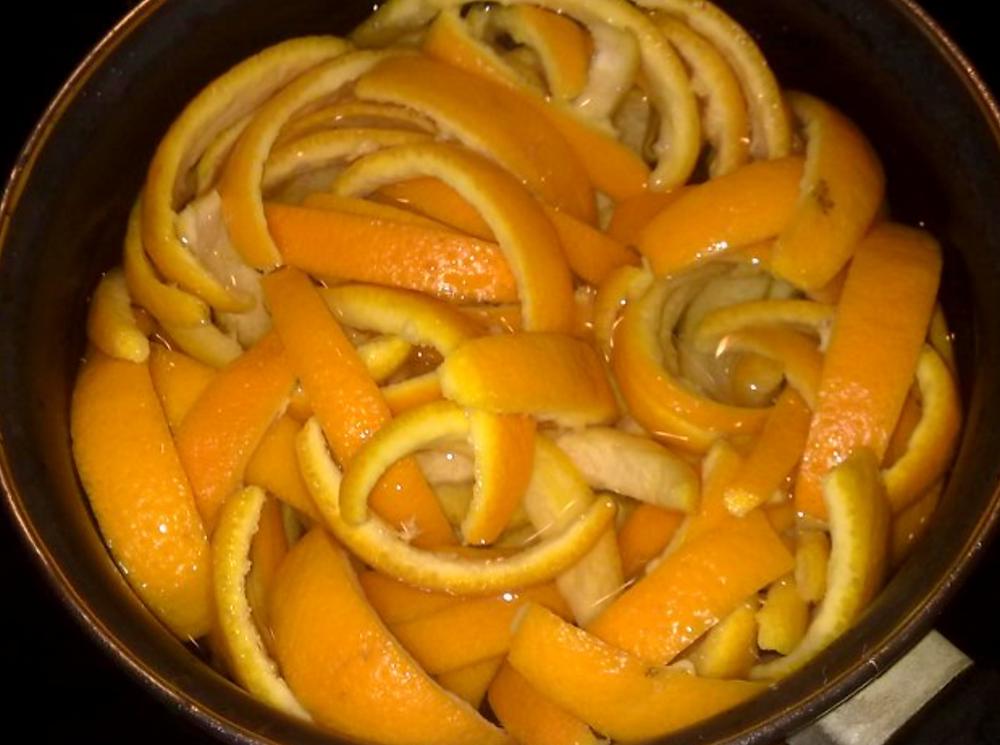 Cascaritas de naranja en pleno reciclado