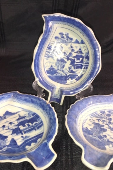 CANTON EXPORT BLUE & WHITE LEAF PLATE