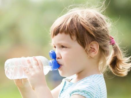 Crianças devem beber apenas leite e água até os 5 anos