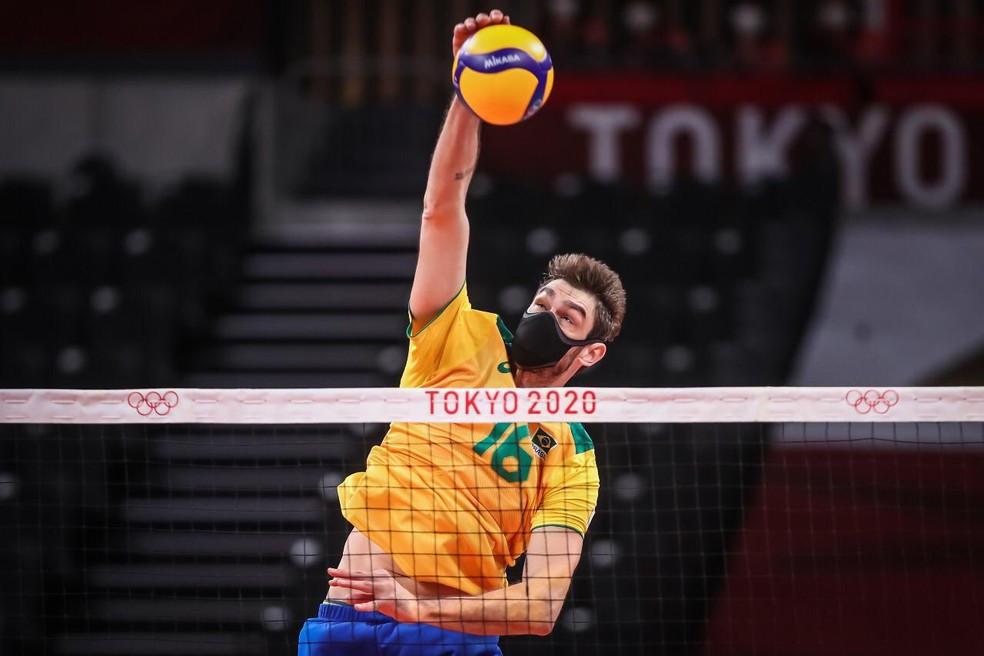 Lucão, usando máscara Fiber KINT Sport durante o jogo de vôlei Masculino Brasil x Tunísia — Foto: Gaspar Nóbrega/COB