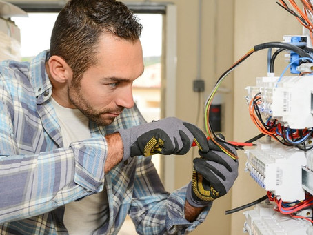 How Much Do Commercial Electricians Charge Per Hour?