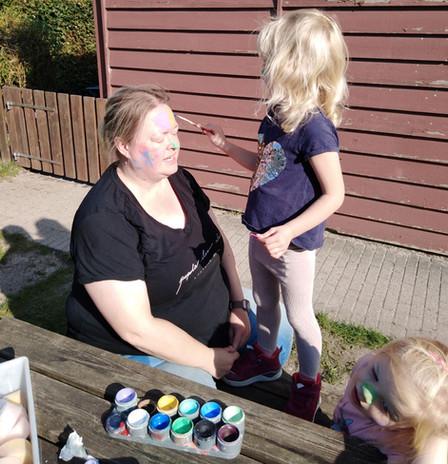 GV_Voksne-med-mod-til-at-lade-børn-male.