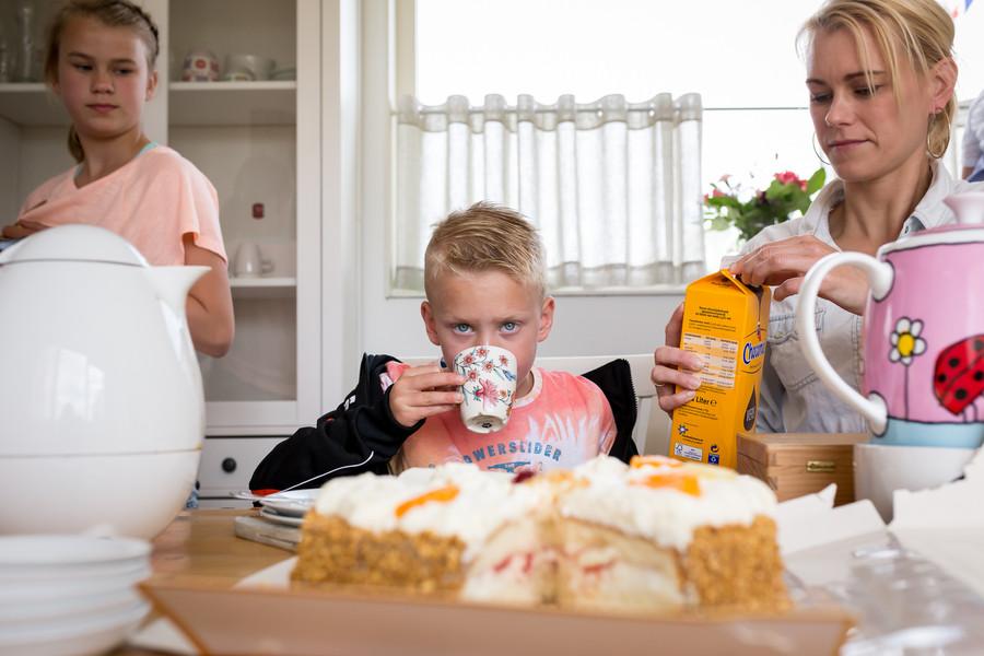 Kind drinkt en eet taart