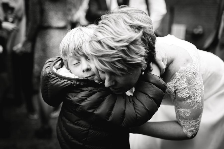 bruid knuffelt zoon