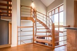Escalier bois dans le vide