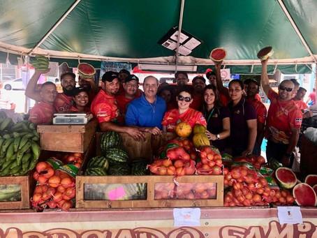 Secretario inspeccionando los Mercados Familiares de Agricultores en el Municipio de Peñuelas