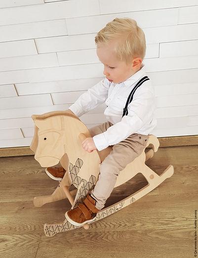 Théobald, le cheval à bascule - Ça envoie du bois