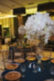 белые свадебные композиции на столах. высокие прозрачные вазы и белоснежные цветы смотрятся великолепно на свадьбе Тюмень. Свадебное агентство нового уровня wedding production сваденбый организатор и свадебный продюссер Ксения Стан. Тюменская красивая свадьба .