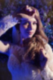прекрасная невеста на фоне стены из цветов в красивоб свадебном белом платье. свадебный организатор Ксения Стан и декор из цветов на свадьбе. Свадебное агентство Wedding Production