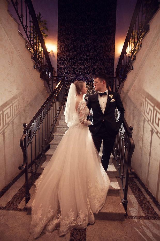 фотографии красивой пары на свадьбе в ресторане винтаж Тюмень. Красивая свадьба Тюмень Свадебное агентство Нового уровня. Тюмень. Дизайн свадьбы на новом уровне в ресторане vintage.