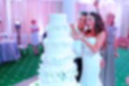 cdflt,yjt futyncndj n.vtym . свадебное агенство Тюмень. Свадебный организатор Тюмень.Красивый свадебный торт . молодожены режут свадебный торт в гарден отеле. гарден отель тюмень.