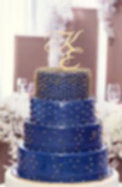 стильный свадебный торт на сваьбе Кима и Кати в Тюмени. Торт из синей мастики с золотым горохом был специально создан для наших молодоженов дополняя общую золото синюю стилистику свадьбы от студии декора WPdecor studio и свадебного агентства wedding Production в Тюмени. Организатор свадьбы Ксения Стан