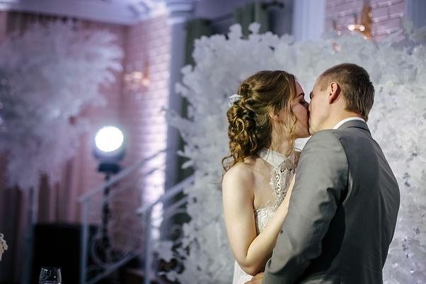 красивые молодожены,шикарный декор на свадьбу,свадебный организатор Тюмень