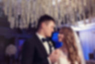 счастливые молодожены в Тюмени. красивая пара на свадьбе от компании wedding production. свадебное агенство и свадебный продюссер Ксения стан созавали такую красоту совместно с WPdecor studio студии декора в Тюмени