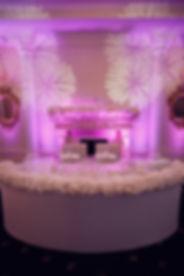 украшенный цветочным декором свадебный стол, урашенный декором от студии декора wpdecor studio свадебный стол молодоженов Тюмень. белоснежный декор ресторана и свадебного стола молодоженов , красивый камин на фотографии усыпанный большим количеством цветов. Тюмень. Тюменская свадьба, Тюменский свадебный декор, свадебный организатор Ксения Стан. Wedding Production свадебное агентство нового уровня.