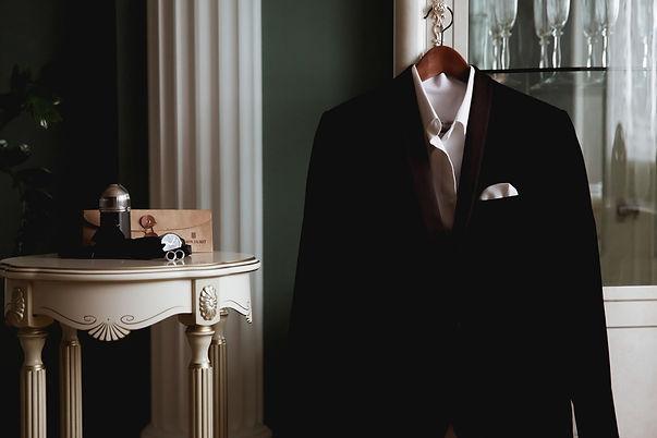 свадебный смокинг и стильные свадебные мужские аксессуары,часы парфюм,бабочка,и лакированные туфли, отрганизатор свадебное агентство wedding production
