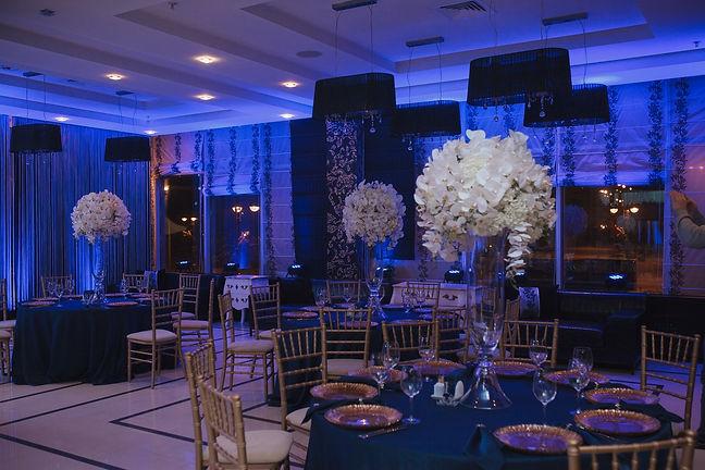 оформление гостевых столов на свадьбе в банкетном зале. очень красивые и пышные высокие композиции на столах. свадебный декор не оставит равнодушным. яркая свадьба с классическим оттенком от команды wedding production.